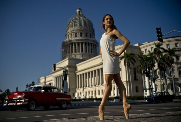 Звезда Театра оперы и балета Гаваны Даниэла Гомес Перес выступает возле Капитолия в Гаване, Куба