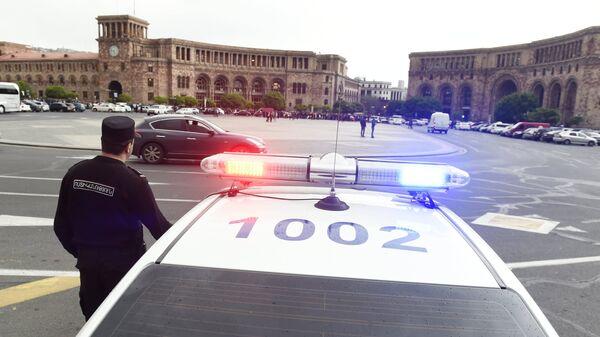 Полицейская машина на площади Республики в Ереване, где проходит акция протеста противников Сержа Саргсяна. 19 апреля 2018