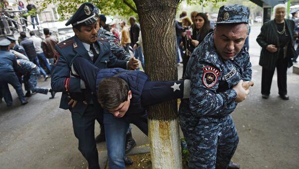 Сотрудники правоохранительных органов задерживают участника акции протеста в Ереване, армения. 20 апреля 2018