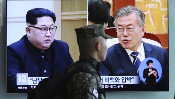 Портреты лидера КНДР Ким Чен Ына и президента Южной Кореи Мун Чжэ Ина. Архивное фото