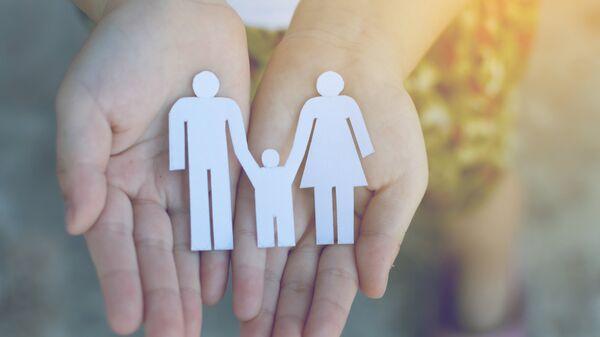 Ребенок с фигуркой семьи в руках