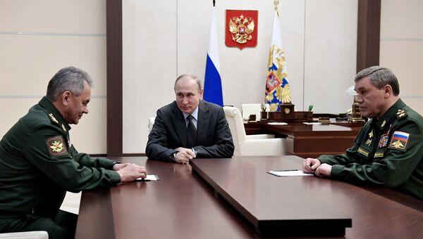 Президент РФ Владимир Путин во время встречи с министром обороны РФ Сергеем Шойгу и начальником Генштаба Валерием Герасимовым. 20 апреля 2018