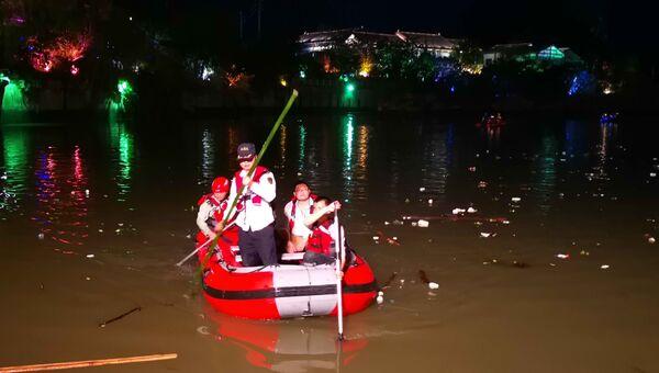 Спасатели ищут людей на месте столкновения двух лодок в городе Гуйлинь, Китай. 21 апреля 2018