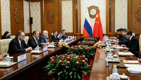 Министр иностранных дел РФ Сергей Лавров и министра иностранных дел Китая Ван И во время переговоров в Пекине. 23 апреля 2018
