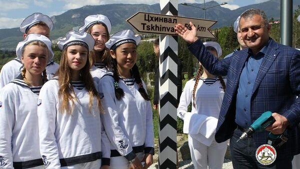 Президент Южной Осетии Анатолий Бибилов во время посещения международного детского центра Артек