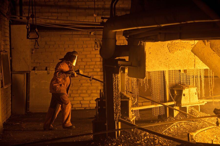 Горновой в ферросплавном цехе Новолипецкого металлургического комбината