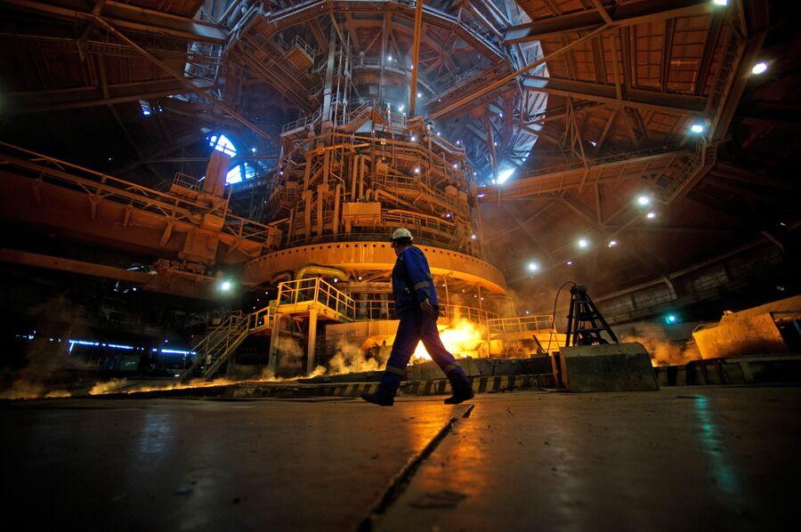 Выпуск чугуна в литейном дворе номер 6 Новолипецкого металлургического комбината