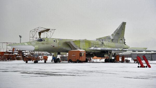 Модернизируемый стратегический ракетоносец Ту-22 М3 на территории Казанского авиационного завода. Архивное фото
