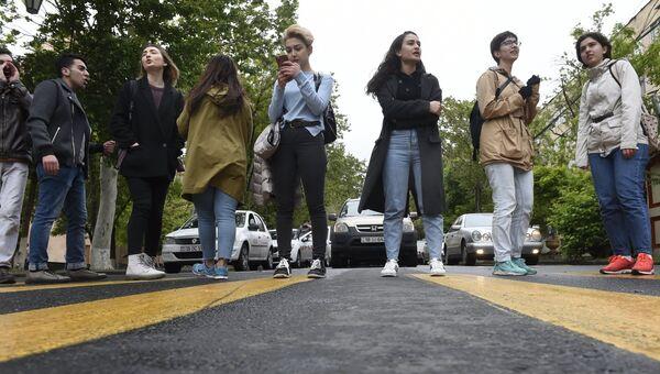 Сторонники оппозиции перекрывают дороги для проезда автотранспорта в Ереване. Апрель 2018