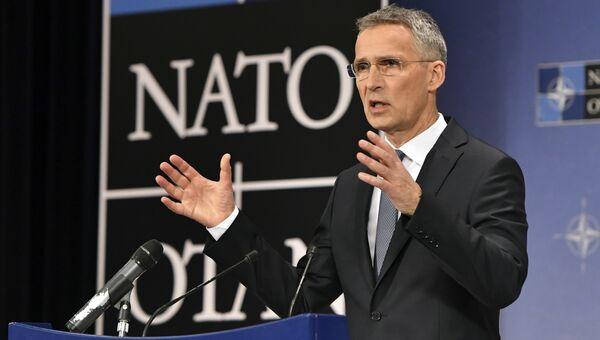 Генсек НАТО Йенс Столтенберг выступает на пресс-конференции в штаб-квартире НАТО в Брюсселе. 26 апреля 2018