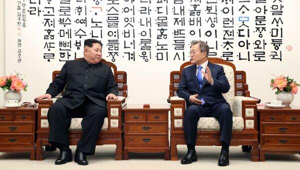 Лидер Северной Кореи Ким Чен Ын и президент Южной Кореи Мун Чжэ Ин перед межкорейским саммитом. 27 апреля 2018