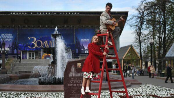 Артисты мюзикла Девушка без адреса в уличном спектакле на Пушкинской площади на фестивале Московская весна a cappella. Москва, 2017 год