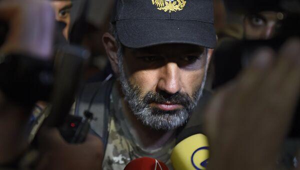 Лидер протестного движения Никол Пашинян приехал на встречу с исполняющим обязанности премьер-министром Армении Кареном Карапетяном. 27 апреля 2018