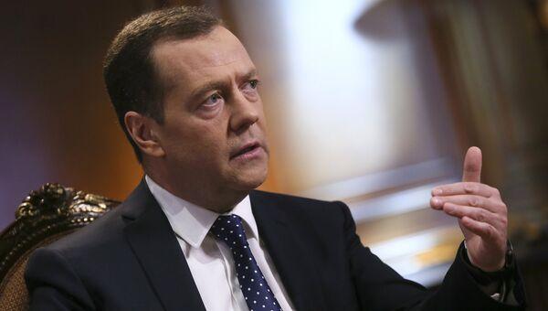 Председатель правительства РФ Дмитрий Медведев во время интервью ведущему программы Вести в субботу Сергею Брилеву