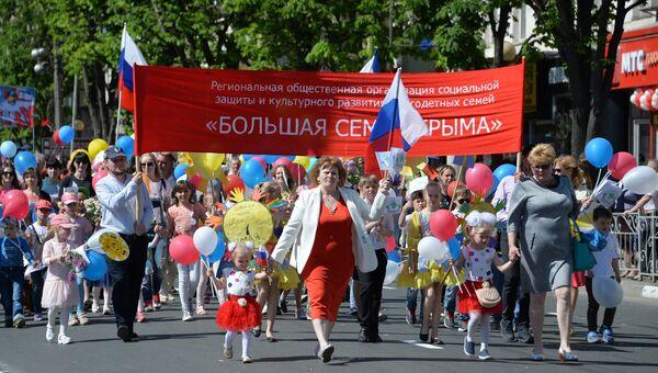 Участники первомайской демонстрации в Симферополе. 1 мая 2018