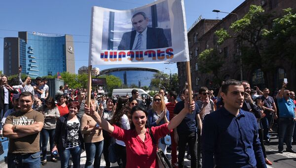 Сторонники лидера оппозиции в Армении Никола Пашиняна перекрывают одну из улиц Еревана. 2 мая 2018