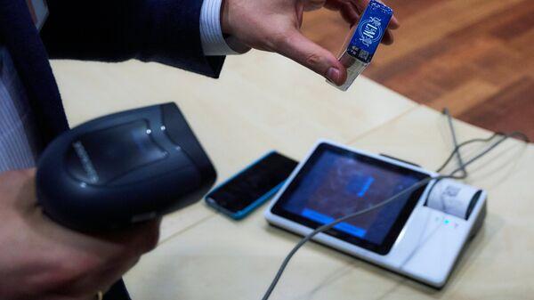 Демонстрация цифровой маркировки на табачной продукции, позволяющей покупателю проверить подлинность товара, на фабрике Филип Моррис Ижора. Архивное фото