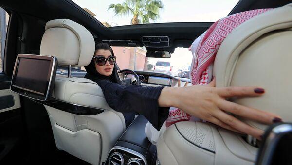 Саудовская женщина учится вождению в Эр-Рияде