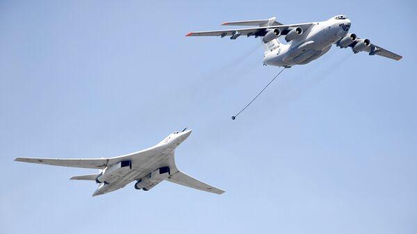 Самолет-заправщик Ил-78 и стратегический бомбардировщик-ракетоносец Ту-160 на репетиции воздушной части парада Победы в Москве