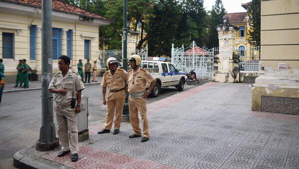 Вьетнамские полицейские у здания суда в Хошимине. Архивное фото