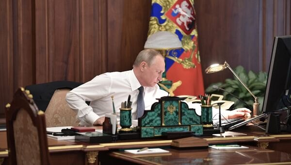 Избранный президент РФ Владимир Путин в рабочем кабинете перед церемонией инаугурации в Кремле. 7 мая 2018