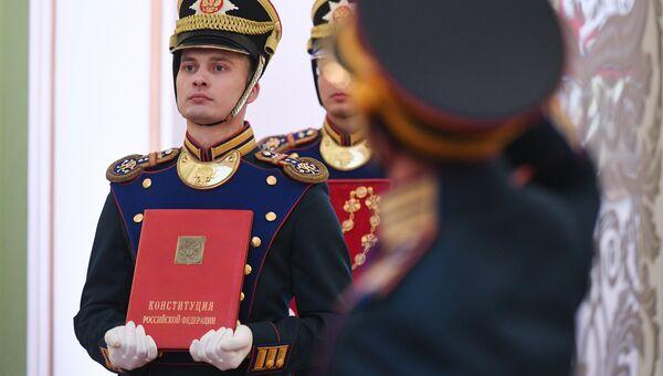 Солдаты Президентского полка вносят знак президента РФ и специальный экземпляр Конституции РФ на церемонии инаугурации президента РФ Владимира Путина в Кремле. 7 мая 2018