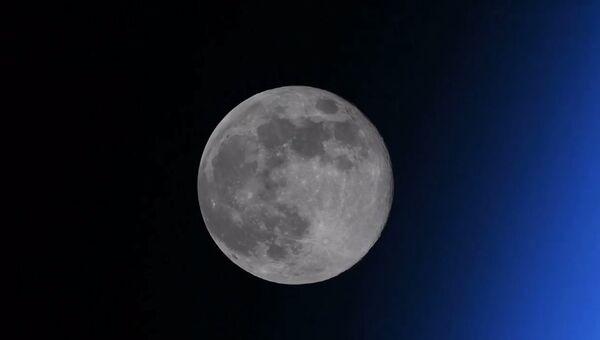 Российский космонавт поймал в кадр исчезающую Луну