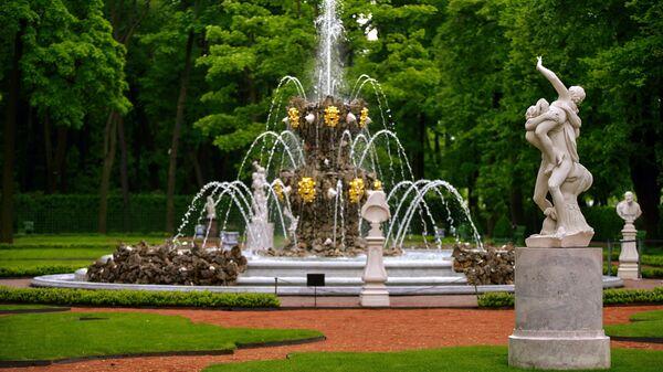 Фонтан Коронный и скульптура Похищение сабинянки в Летнем саду Санкт-Петербурга