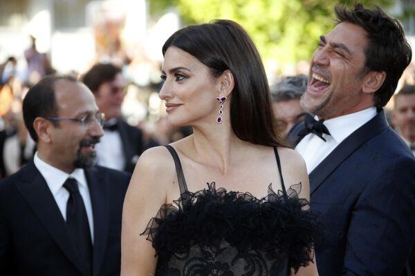 Пенелопа Крус и Хавьер Бардем на красной дорожке церемонии открытия 71-го Каннского международного кинофестиваля