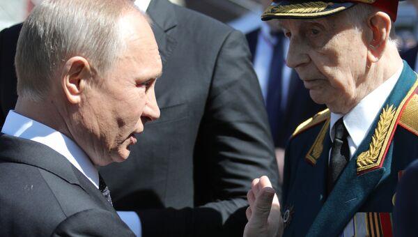 Президент РФ Владимир Путин с ветераном после военного парада в Москве