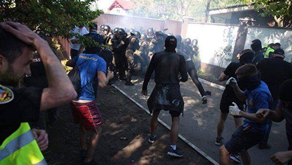 Столкновения националистов с полицией в районе дома Сергея Левочкина в Киеве