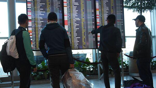Пассажиры у информационного табло в аэропорту Домодедово. Архивное фото