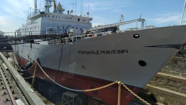 Судно «Ромуальд Муклевич» на территории Кронштадтского морского завода в Санкт-Петербурге. 11 мая 2018