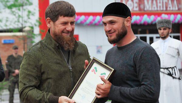 Глава Чеченской Республики Рамзан Кадыров награждает одного из строителей на церемонии открытии высотного комплекса «Шали сити» в городе Шали. 11 мая 2018
