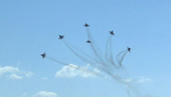 Фигуры высшего пилотажа от Стрижей и Русских витязей в небе над Кубинкой