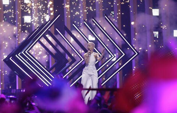 Участница из Британии SuRie в финале конкурса Евровидение. 12 мая 2018
