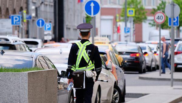 Сотрудник дорожно-патрульной службы на улице Москвы. Архивное фото