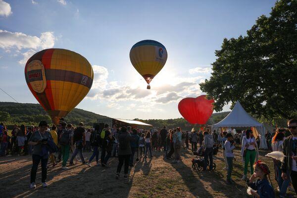 Посетители фестиваля воздухоплавания Абинская Ривьера в Абинском районе Краснодарского края