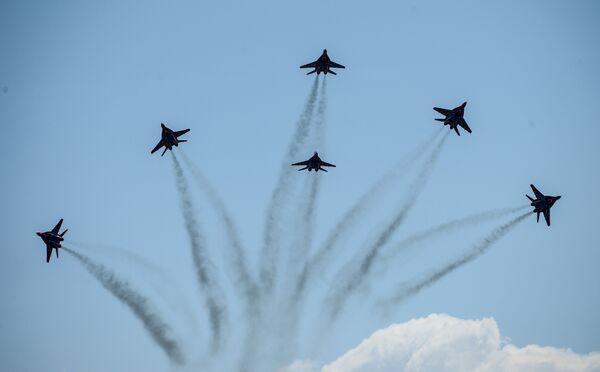 Истребители Миг-29 пилотажной группы Стрижи во время празднования 80-летия Центра показа авиационной техники им. Кожедуба на аэродрома Кубинка в Московской области