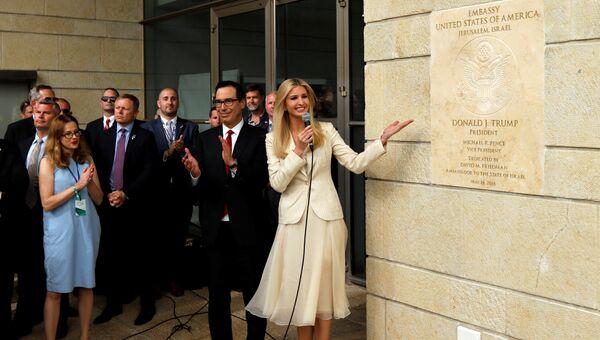 Иванка Трамп и глава минфина Стивен Мнучин у мемориальной доской во время церемонии открытия посольства США в Иерусалиме. 14 мая 2018 года