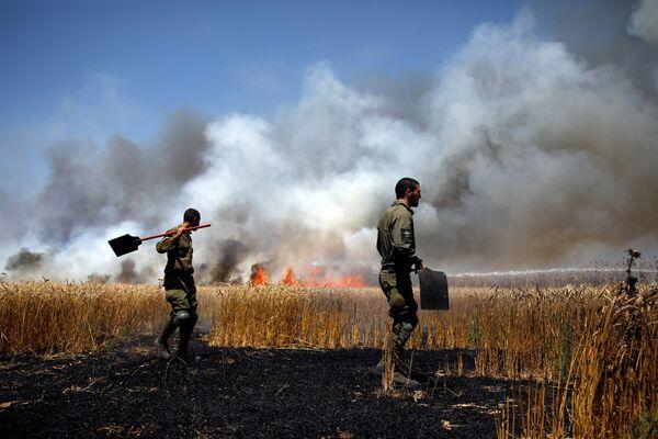 Израильские военные тушат пожар на границе сектора Газа с Израилем