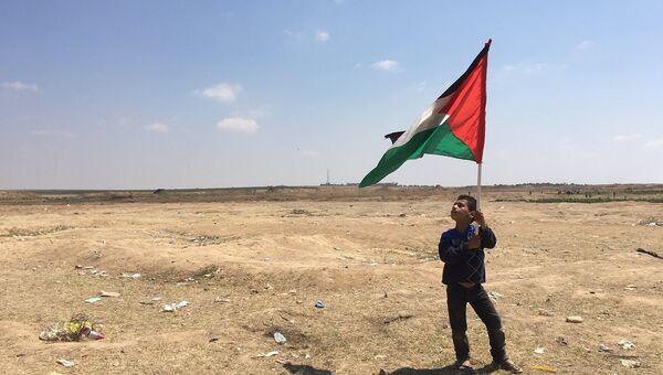 Палестинские дети на акциях протеста на границе сектора Газа с Израилем. Архивное фото