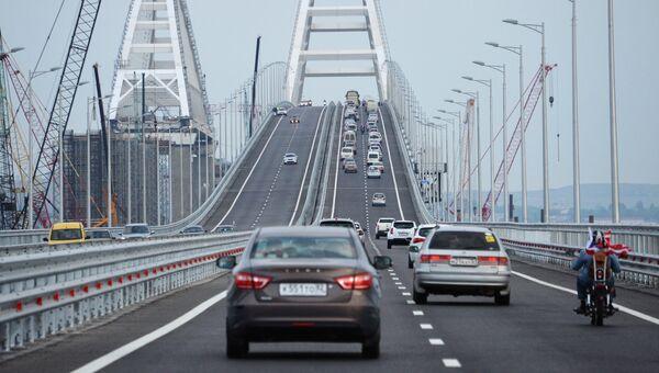 Автомобильное движение по автодорожной части Крымского моста. 16 мая 2018