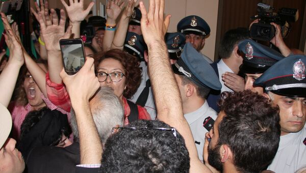 Демонстранты, требующие отставки мэра Еревана Тарона Маргаряна, в здании городской администрации. 16 мая 2018