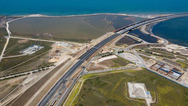 Автомобильное движение по трассе с автоподходами к Крымскому мосту