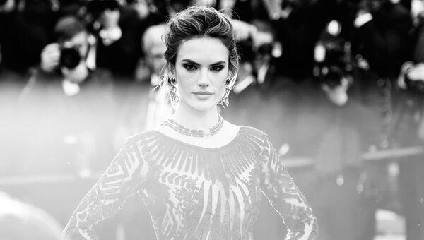 Модель, актриса Алессандра Амброзио на красной дорожке в рамках 71-го Каннского международного фестиваля