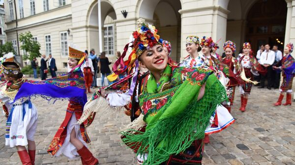 Девушки выступают в традиционной одежде во Львове на празднике в День вышиванки. 17 мая 2018