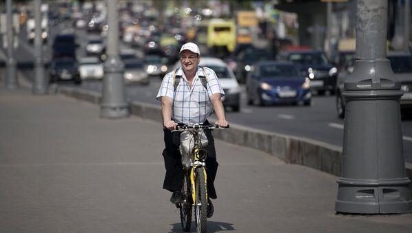Велосипедист на одной из улиц Москвы