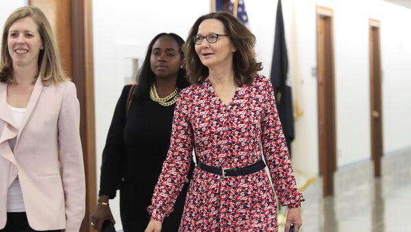 Кандидат на пост директора ЦРУ Джина Хаспел идет на встречу в Конгрессе США. 7 мая 2018