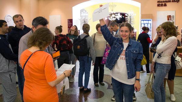 Помимо этого добровольцы проводили экскурсии по разным элементам экспозиции музея